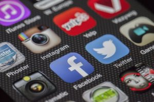There are several application icons, like Facebook, Instagram, and so on.