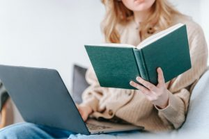 Persone reading a book.